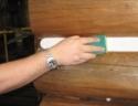 С помощью разравнивания мелкопористой губкой поверхность герметика становится гладкой при этом изопропил высыхает не повреждая структуры древесины