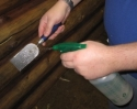 Для облегчения процесса разравнивания герметика используется шпатель, на который разбрызгивается смесь изопропилового спирта и воды